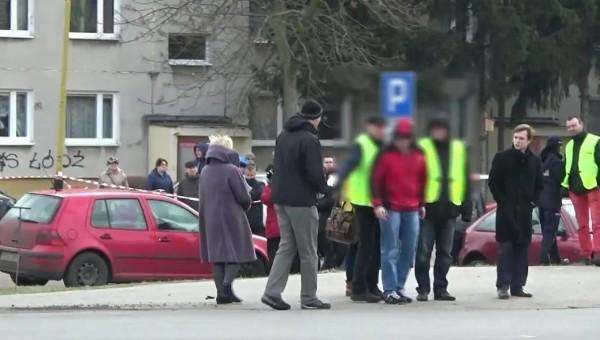 Morderca rowerzysty z Pabianic pokazał, jak pchnął 31-latka na autobus. Wizja lokalna