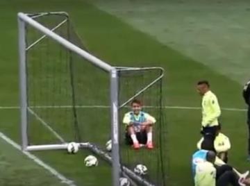 """Neymar """"wkręca"""" piłkę zza bramki na treningu Brazylijczyków (WIDEO)"""
