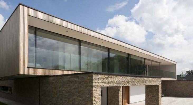 Zastąpienie ścian wielkoformatowymi oknami PanoramAH! pozwoliło uzyskać lekką minimalistyczną bryłę budynku, Hurst House, projekt John Pardey Architects/ Ström Architects