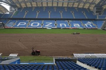 Na stadionie Lecha trwa kolejna wymiana murawy (GALERIA)