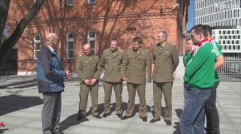 """Piłkarze Legii odwiedzili Centrum Weterana. """"To godne wsparcie i oddanie szacunku żołnierzom"""" (WIDEO)"""
