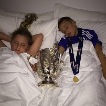 Dzieci Terry'ego zasnęły z trofeum Pucharu Ligi Angielskiej (ZDJĘCIE)