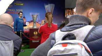 Puchar, pokazy i  nagrody. Plac Zamkowy w Warszawie zamienił się w strefę kibica Ligi Europy (WIDEO)
