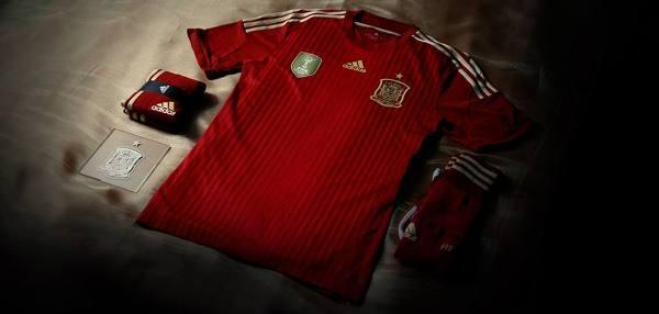 Hiszpania: Adidas. Czerwony kolor koszulki nawiązuje do barw zjednoczonej Hiszpanii, a złote detale symbolizują aktualną zwycięską erę hiszpańskiego futbolu. Zespół jest obecnie jedną z ikon kraju, którą naśladują młodzi Hiszpanie.