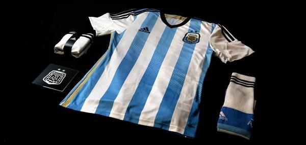 Argentyna: Adidas. Zestaw czerpie inspirację z argentyńskiej flagi zaprojektowanej przez Generała Manuela Belgrano - jednego z ojców niepodległości i wielkiego bohatera Ameryki Południowej. Argentyna jest niezwykle dumna ze swojej niepodległości i obecnie patrzy na młodość jako na jeden z podstawowych kierunków podążania kraju w przyszłości.