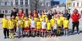 Zawodnicy Polskiej Akademii Piłkarskiej Dragons United FC wraz z trenerami i rodzicami na kieleckim Rynku