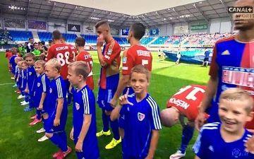 Wyprowadził piłkarzy Piasta na murawę, a potem pokazał... eLkę! (ZDJĘCIE)