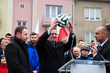 Probierz i Frankowski podarowali piłkę prezydentowi Komorowskiemu (ZDJĘCIA)
