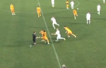 Rosyjski zawodnik wściekł się na sędziego i zaczął gonić go po boisku (WIDEO)