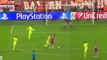 """Piękny gol """"Lewego"""" z Barceloną! Zobacz, jak Polak ośmieszył Mascherano (WIDEO)"""