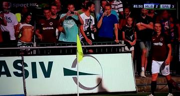 Fanka Sparty Praga pokazała piłkarzowi piersi (WIDEO)