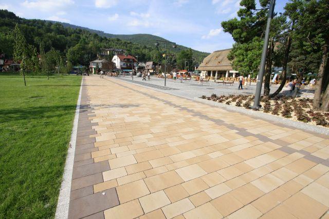 Droga dla ruchu pieszego i rowerowego w Szczyrku wykonana z kostek Via Castello (Libet) w ciepłych kolorach kasztan i pastello.