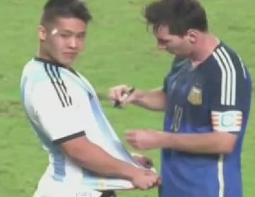 Fan wbiegł na murawę, bo chciał autograf od Messiego