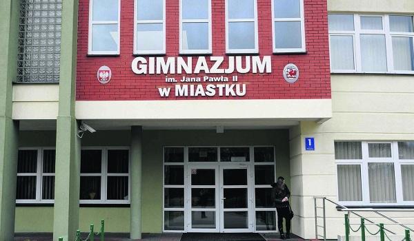 Dyrektor gimnazjum twierdzi, że nie raz interweniował w sprawie zażyłych kontaktów uczennic