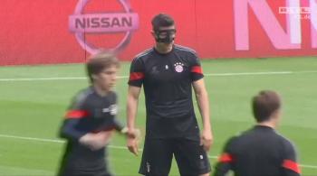 Robert Lewandowski trenował w masce na Camp Nou (WIDEO)