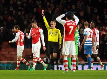 """Arsenal dowiózł zwycięstwo z QPR. Bezmyślna """"czerwień"""" Giroud (WIDEO, ZDJĘCIA)"""