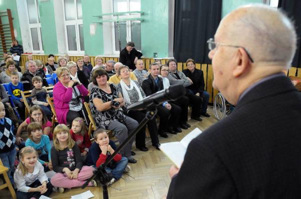 Babcie i dziadkowie czytali Tuwima w SP nr 153 w Łodzi