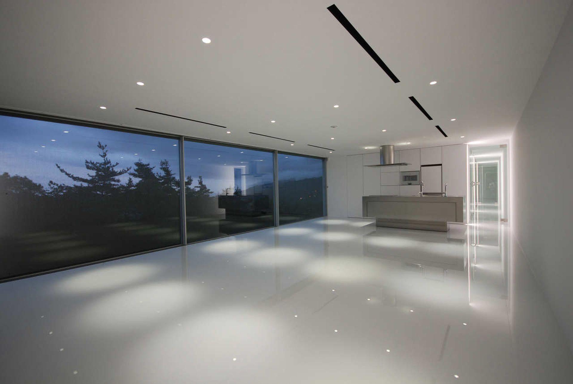 Dzięki minimalistycznym oknom PanoramAH! w M Residence widok za oknem stał się częścią wystroju wnętrza