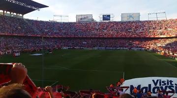 Efektowne wykonanie hymnu przez kibiców Sevilli