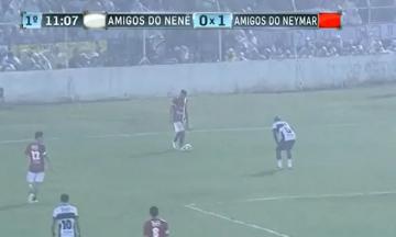 Neymar zagrał w meczu charytatywnym z... pluszowym bananem