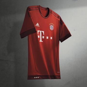 Lewandowski będzie grał w nowej koszulce. Stroje Bayernu na sezon 2015/2016 (GALERIA)