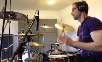 Petr Cech gra hit U2 na perkusji (WIDEO)