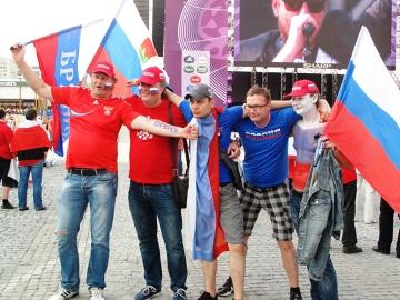 Kibice reprezentacji Rosji w Strefie Kibica w Warszawie