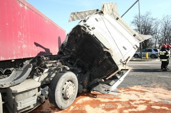 Ciężarówka wjechała w radiowóz. Wypadek zarejestrowała kamera