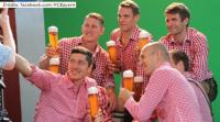 """""""Lewy"""" bez skrępowania pozował z kuflem piwa, a z nim koledzy z Bayernu (WIDEO)"""