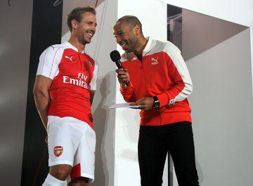 Arsenal zaprezentował stroje na przyszły sezon. Było hucznie i wspominkowo