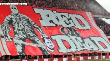 Skandal w Belgii. Kibice obrażali piłkarza, a ten kopnął piłkę w ich stronę i wyleciał z boiska (WIDEO)