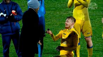 Piłkarz FK Rostów oświadczył się swojej dziewczynie na meczu (WIDEO)