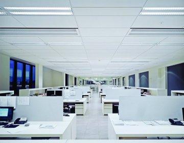 Sufit podwieszany w biurze - open space