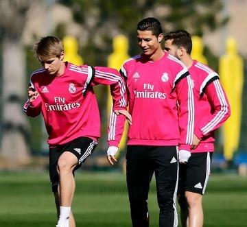 Odegaard asystuje przy golu Cristiano Ronaldo na treningu Realu Madryt (WIDEO)