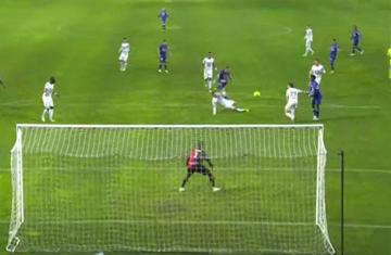 Myślał, że piłka wpadła do bramki i zaczął się cieszyć! Superparada bramkarza Rennes! (WIDEO)