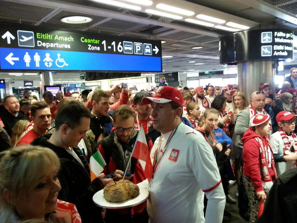 """""""Polacy, gramy u siebie!"""". Kibice żywiołowo przywitali reprezentację na lotnisku w Dublinie (WIDEO)"""