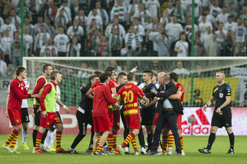 Awantura na murawie po meczu Legia - Jagiellonia (GALERIA)