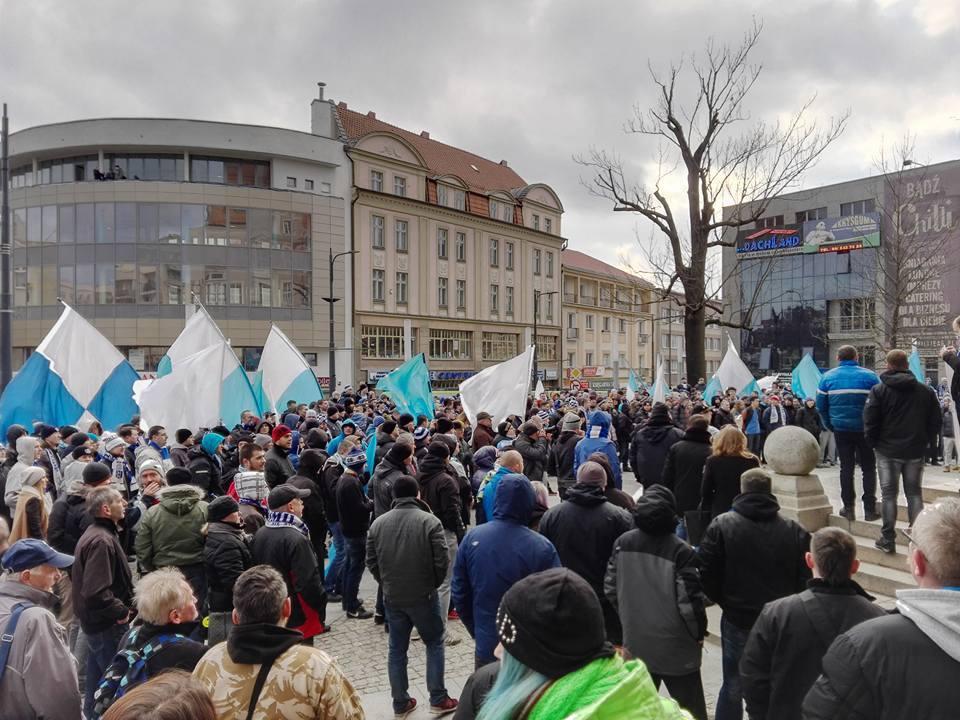 Kibice Stomilu protestowali w centrum Olsztyna [ZDJĘCIA]