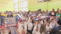 """Koniec roku szkolnego. J. Owsiak rozdał dzieciom """"Apteczki Małych Ratowników WOŚP"""""""