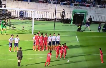 Zaskakujący rzut wolny w Japonii w turnieju... uczniów szkół średnich [WIDEO]