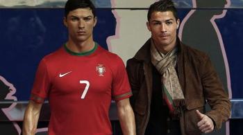 Drugi Cristiano Ronaldo w madryckim domu piłkarza. Gwiazdor kupił sobie figurę woskową (WIDEO)