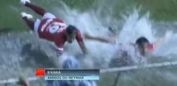 Neymar i Kaka podczas meczu charytatywnego bawili się jak w aquaparku (WIDEO)
