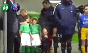 """Zlatan zna kolejność. Nie pozwolił na """"podmiankę"""" chłopców wyprowadzających piłkarzy [WIDEO]"""