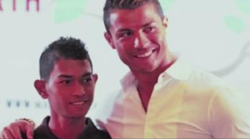 10 lat temu, po przejściu tsunami, została mu tylko koszulka Cristiano Ronaldo (WIDEO)