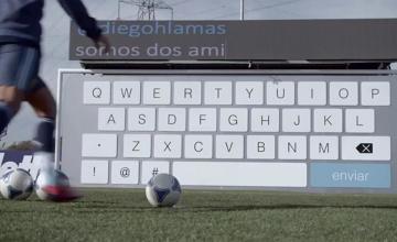 Sergio Aguero odpisuje na twitterze... kopiąc w gigantyczną klawiaturę! (WIDEO)