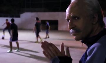 Dziadek wchodzi na boisko - na początku wszyscy go ogrywają, ale potem... (WIDEO)