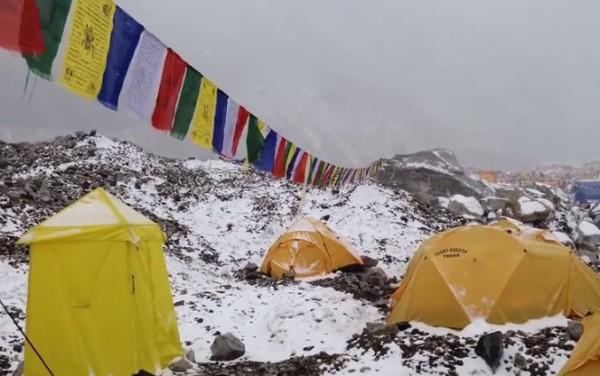 Uderzenie lawiny u stóp Mount Everest
