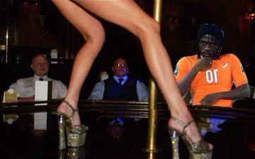 Gervinho na striptizie, w X-Factorze z Britney i z Obamą - Iworyjczyk bohaterem memów po finale PNA (GALERIA)