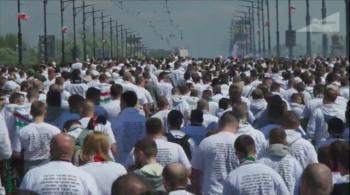 12 tysięcy kibiców Legii przeszło mostem Poniatowskiego na Stadion Narodowy (WIDEO)