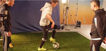 Gareth Bale poisuje się swoimi umiejętnościami w freestyle footballu